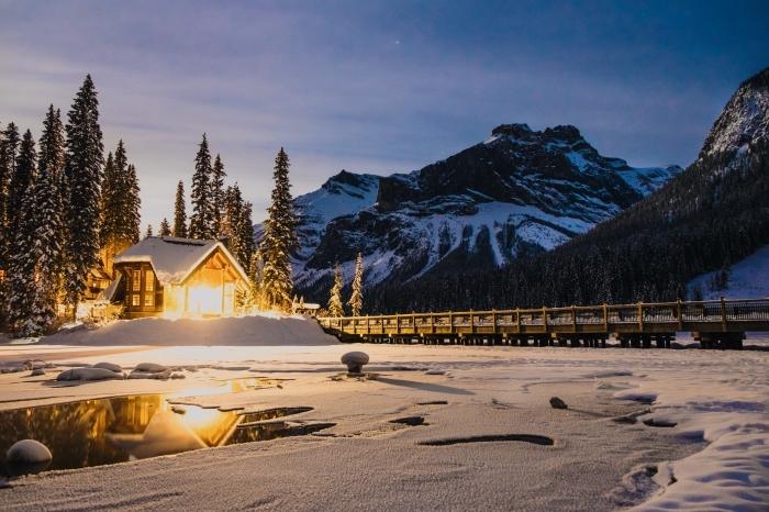 exemple paysage hiver comme fond d'écran gratuit, photo nuit dans les montagnes avec petite maison de bois