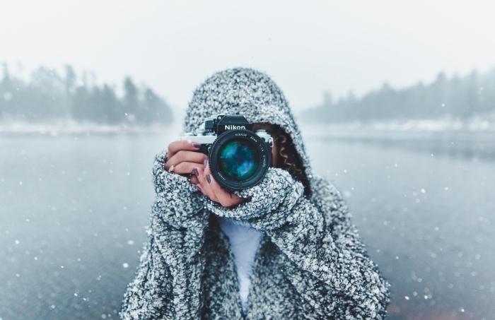 paysage de neige originale pour fond d'écran pc, image gratuite à télécharger, photo fille qui prend des photos en hiver