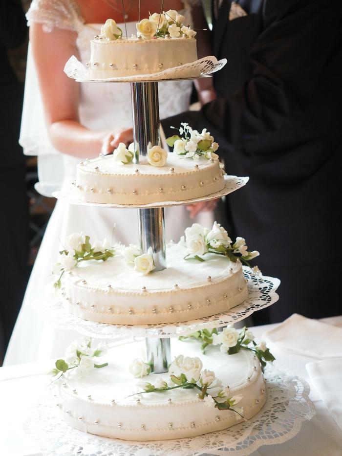 Les plus beaux gateaux, idée gateau anniversaire simple et beau art culinaire, mariage pièce montée blanche decoree de roses