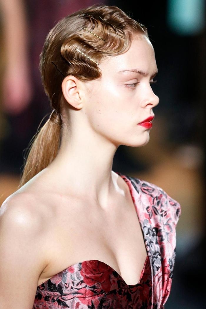 coiffure de cheveux tendance moderne aux cheveux attachés en queue de cheval basse avec frange cranté, coiffure mi long femme avec extensions