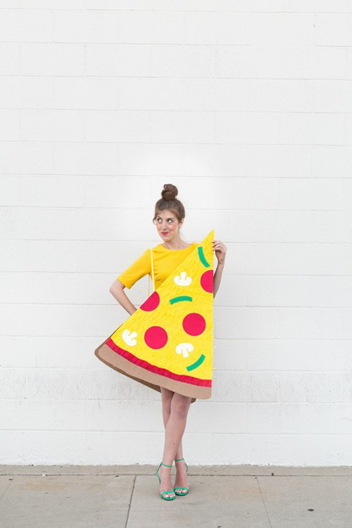 Organiser une soirée thème déguisement, soirée amusement entre amis, femme deguisement originale pizza morceau