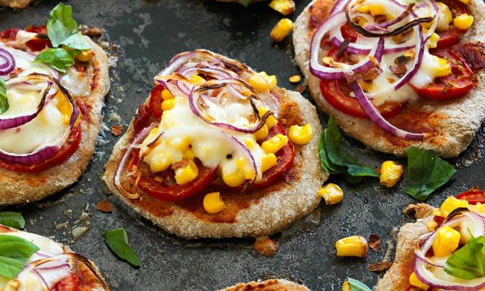 pizzettes gourmandes en pain de soude, ronds d'oignon, poivron rouge, graines de maïs
