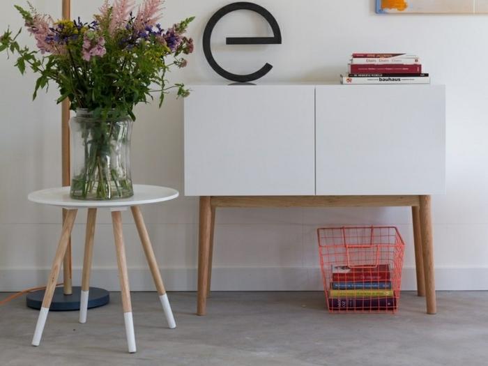 petite table basse scandinave, vase avec bouquet champêtre, enfilade scandinave blanc et bois, panier rouge