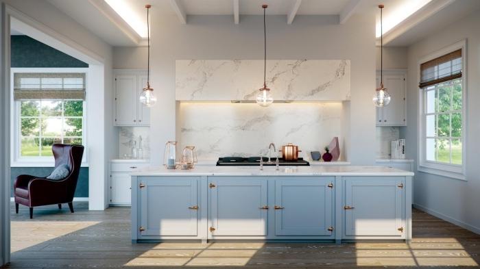 modèle de cuisine avec crédence ou plan de travail imitation marbre, déco de cuisine en blanc et bleu pastel avec finition or