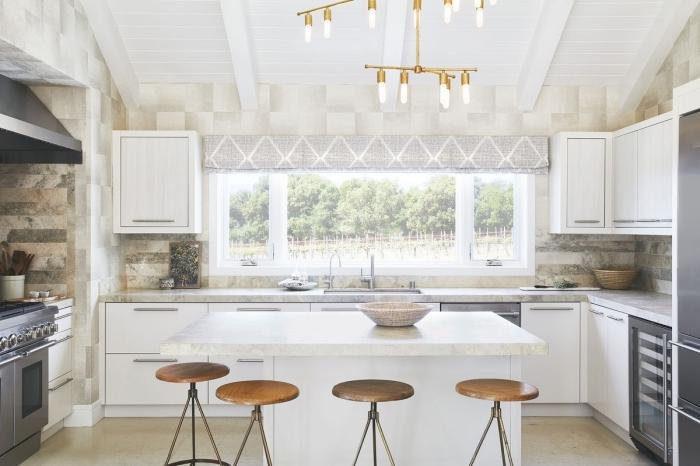 idée éclairage moderne dans une cuisine contemporaine, modèle de cuisine en U avec îlot, idée cuisine avec plafond sous pente