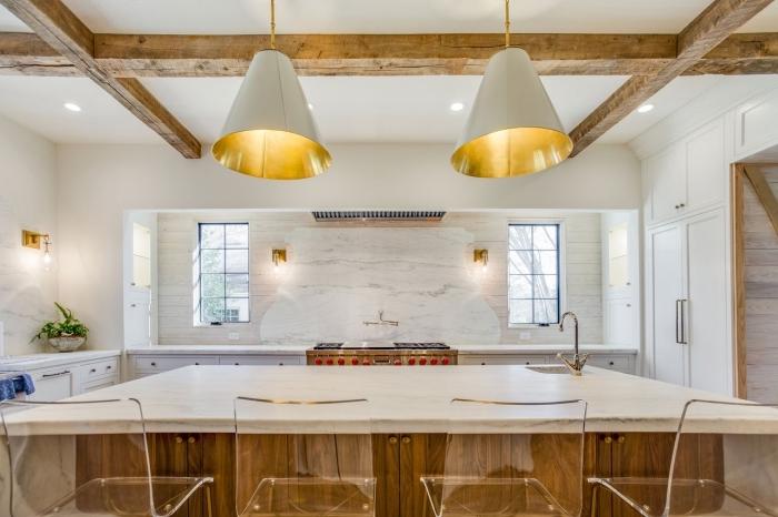 design luxueux dans une cuisine spacieuse aux murs blancs avec crédence cuisine marbre, modèle de cuisine avec îlot