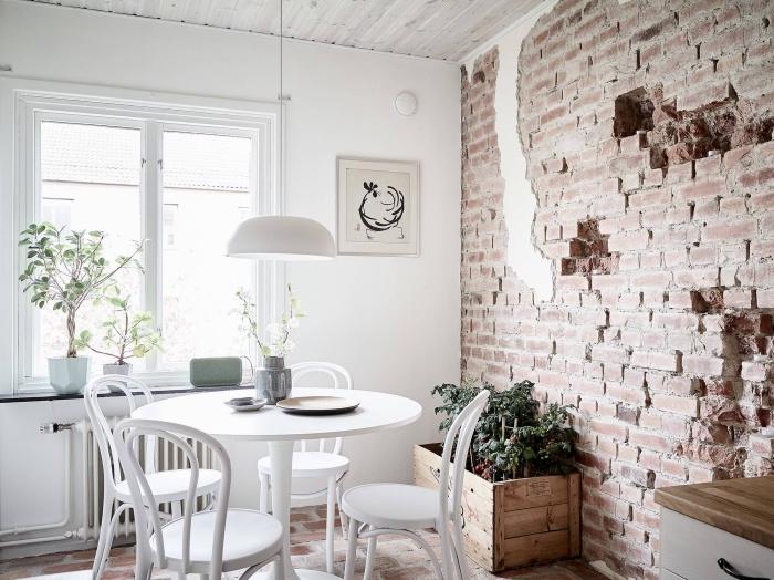 intérieur de style industriel avec décoration murale en papier peint effet 3d, modèle de cuisine blanche avec plafond bois, idée papier peint pour cuisine tendance