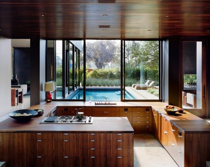déco de cuisine en bois foncée, exemple agencement cuisine en G avec grande fenêtre, modèle plan de travail en bois