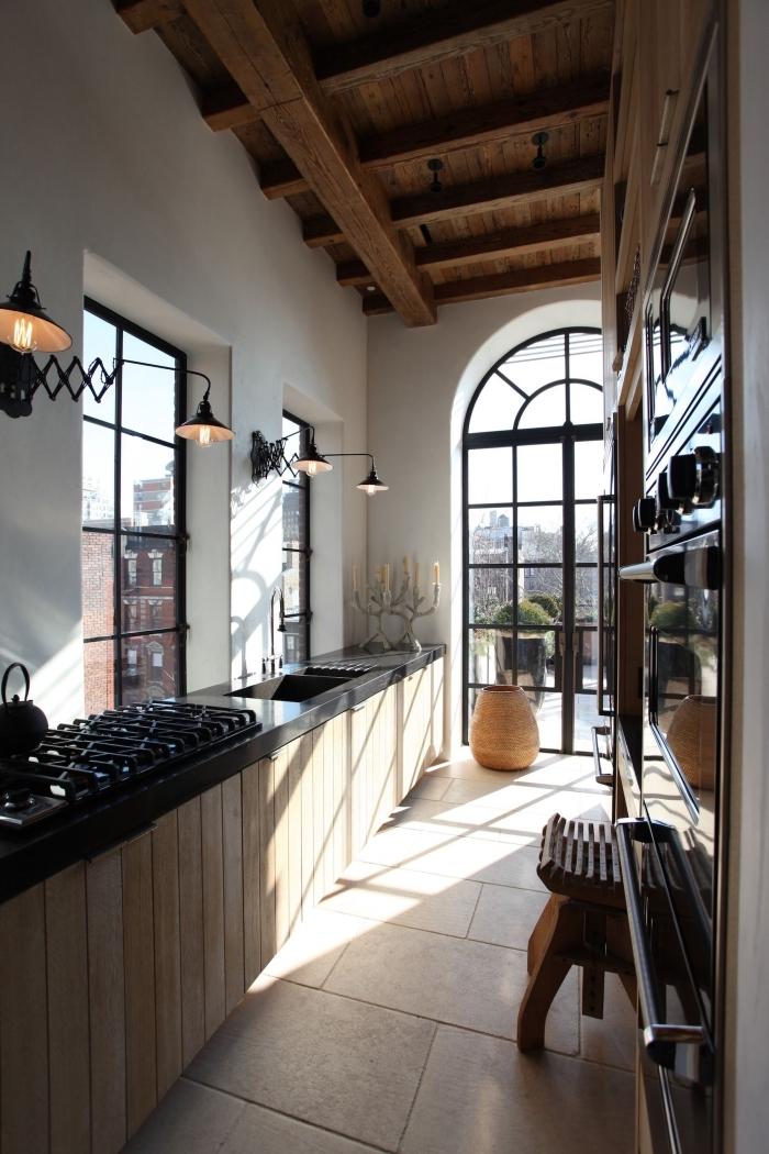 idée plafond avec poutres apparentes en bois foncé, exemple de cuisine aménagée en longueur en bois et noir