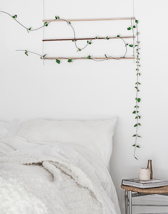 idee de plante grimpante interieur originale, lierre sur un support bois en guise de tete de lit originale, linge de lit blanc