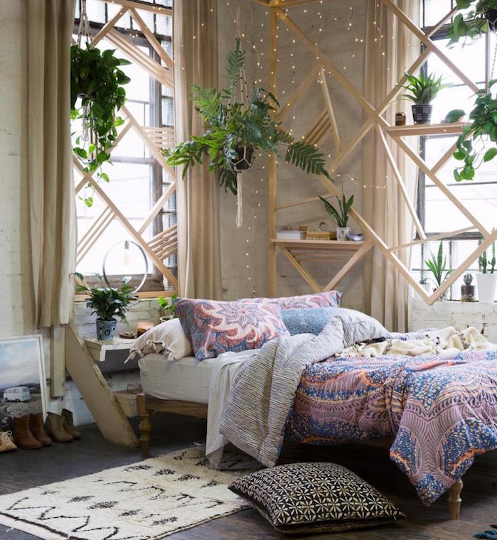 esprit exotique dans une chambre à coucher adulte romantique avec des pots de fleurs variés, guirlande lumineuse, linge de lit mandala