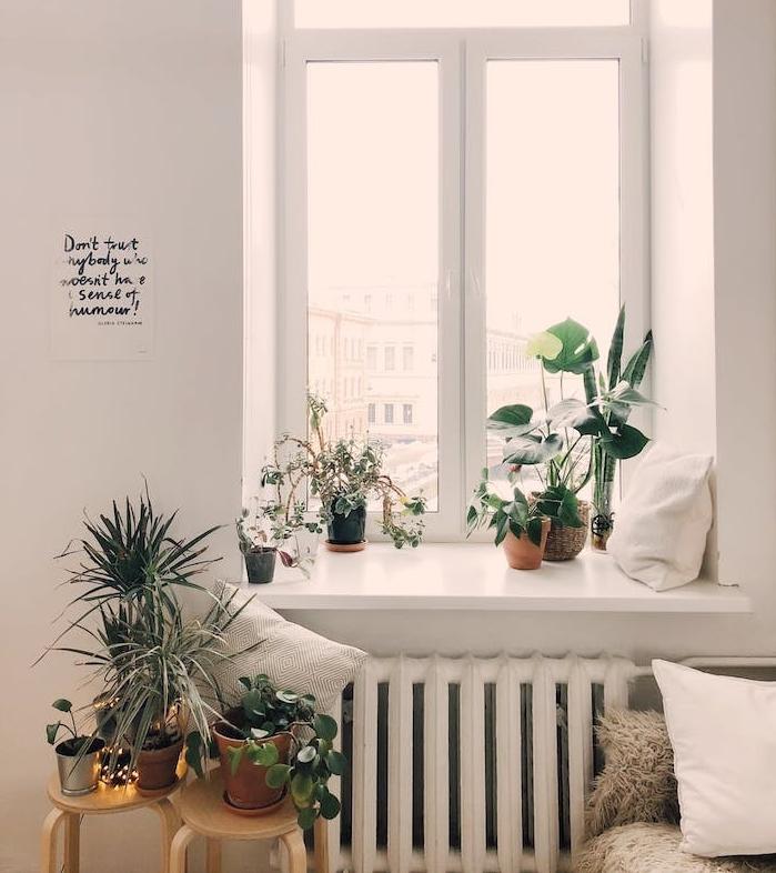 idee deco chambre cocooning, lit décoré de plaid, coussins, plantes en pot vertes, rangées au rebord de la fenêtre et des tabourets de bois