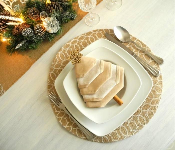 couleurs à associer pour une déco de noel, exemple de table de noel en blanc et or avec pliage serviette sapin