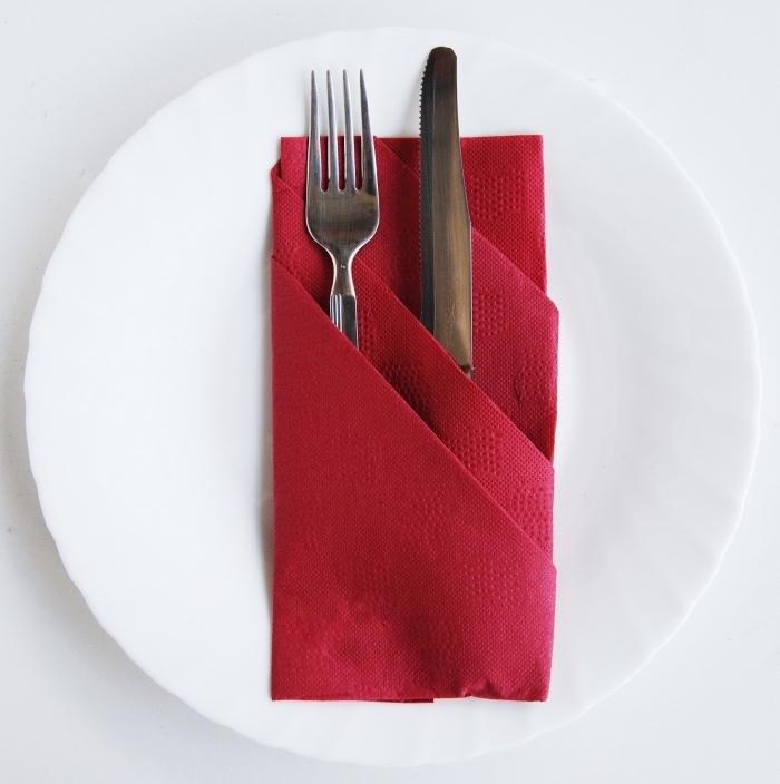 quelles couleurs associer pour la décoration d'une table de Noel, exemple de pliage serviette papier rouge facile
