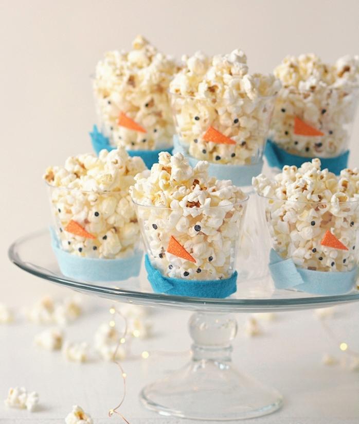 verres décorés de feutrine façon bonhomme de neige avec pop corn à l intérieur, exemple repas anniversaire 5 ans