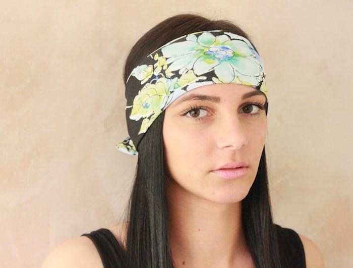 foulard cheveux femme fleuri sur le front facon hippie sur femme cheveux longs noirs ou porter bandana comme un samourai japonais