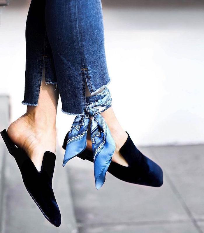 femme en jean avec foulard en soie bleu attaché la cheville comme accessoire chic mode