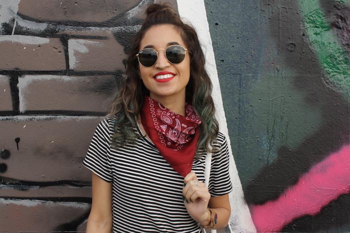 photo femme brune à lunettes de soleil rondes retro avec bandana rouge autour du cou style cowboy