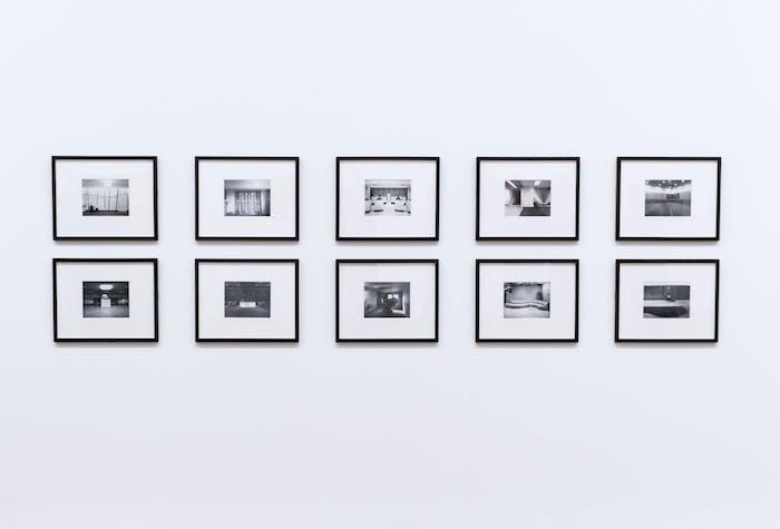 decoration murale en photo noir et blanc sur un mur tout blanc, poster personnalisé art monochrome ambiance scandinave