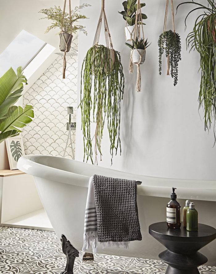 deco salle de bain originale avec carrelage sol carreaux de ciment, baignoire à poser blanche, pots suspendus de plantes tombante, esprit deco salle de bain zen