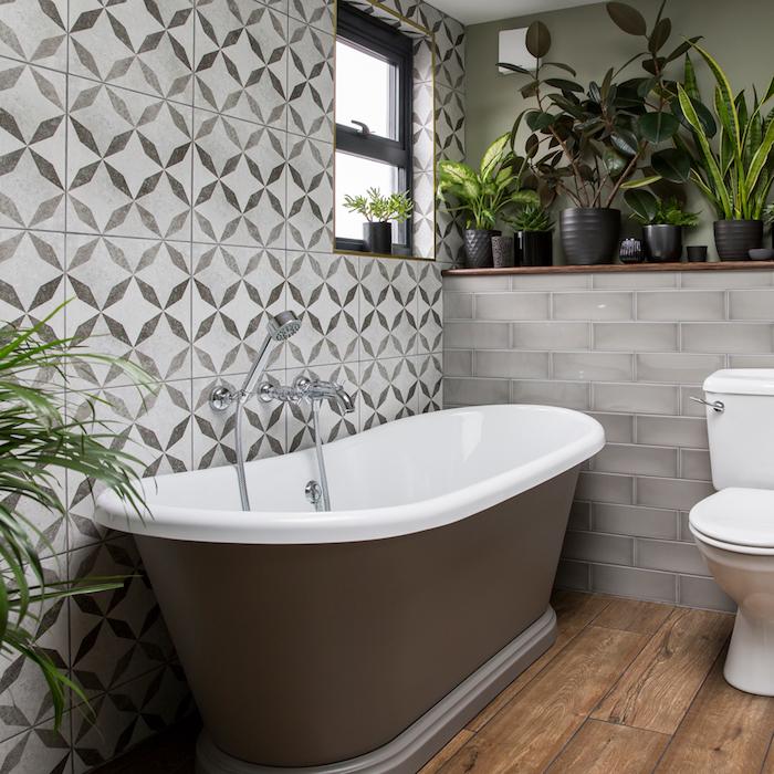 decoration salle de bain zen pots de plantes vertes noirs, parquet bois brut, carrelage mural original