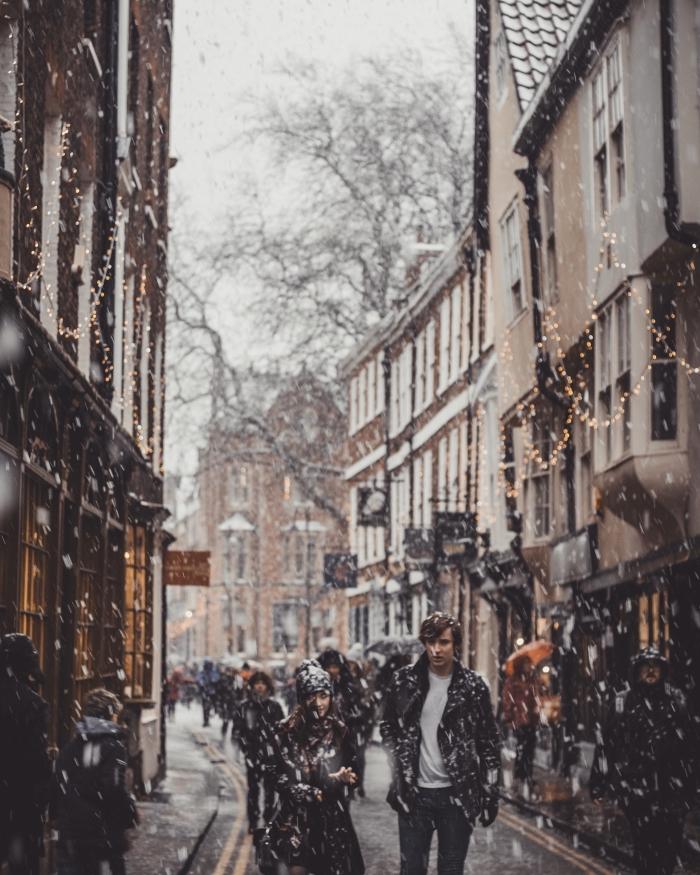 idée fond d écran hiver pour portable, wallpaper verrouillage iPhone avec une photo hiver dans une ville décorée pour noel