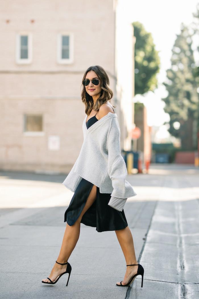 Style boheme chic, vetement boheme, adorable femme bien habillée, robe de soirée courte fendue et pull oversized en top