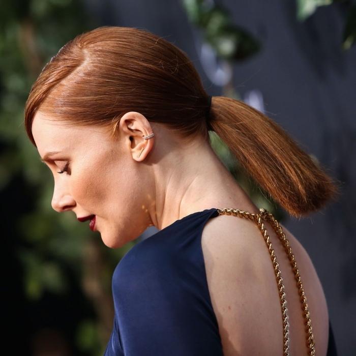 exemple de coiffure chic et élégante aux cheveux lisses à effet mouillées, modèle queue de cheval basse pour cheveux longs ou mi-longs