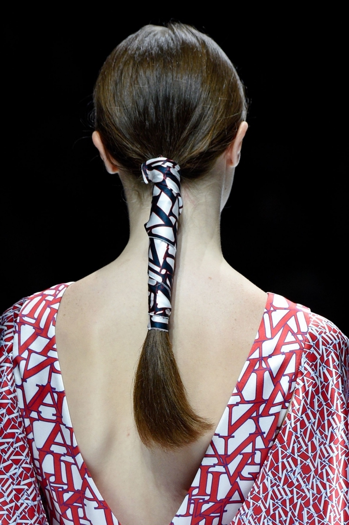 quelle coiffure tendance pour femme 2018, modèle de queue de cheval avec accessoire, coiffure femme 2018 pour cheveux longs