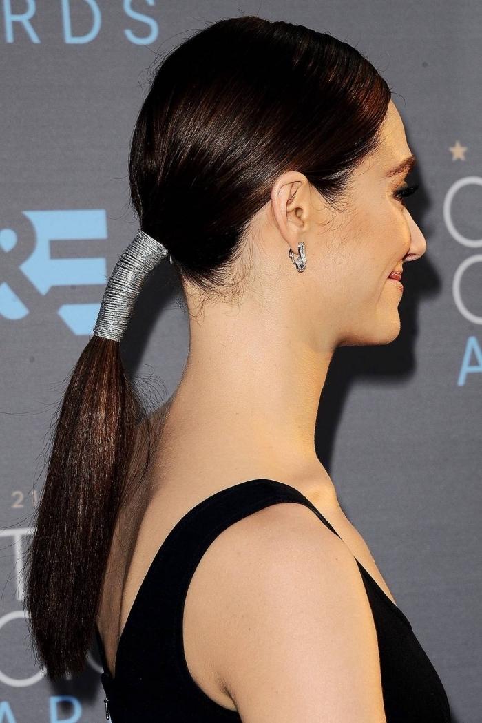 idée pour une coiffure carré long en cheveux attachés en queue de cheval basse avec accessoire de tête tendance