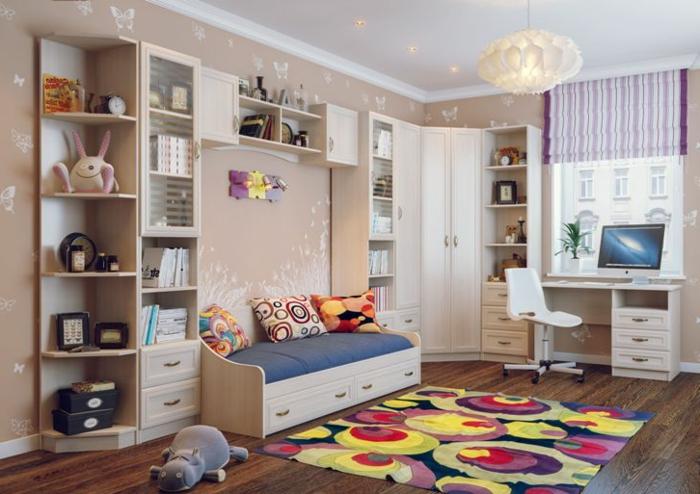 tapis couleurs joyeuses, étagère bibliothèque, sol en bois foncé, plafonnier blanc, armoire dressing d'angle