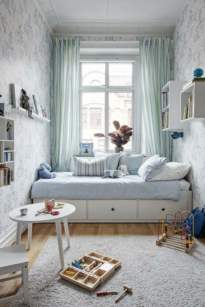 rangement chambre enfant, table basse blanche, tapis gris clair, lit avec rangement, étagères murales