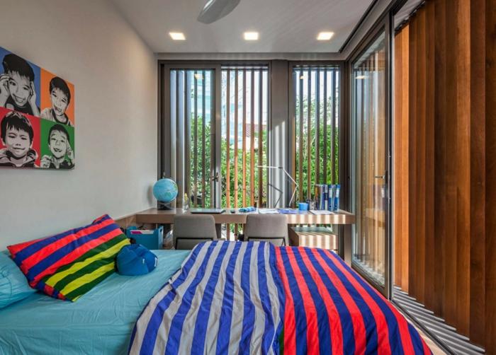 petite chambre enfant, parure de lit rayures, photos d'enfants, spots au plafond, rideaux verticaux