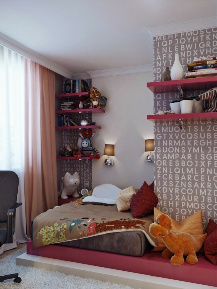 papier peint lettres, étagères rouges, jouets en peluche, coussins déco, rideaux rose pâle