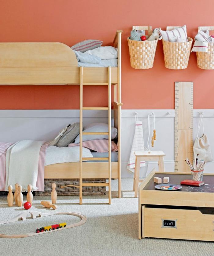 paniers tressés suspendus, lits superposés en bois, peinture murale couleur pêche, équipement de chambre simple et créatif