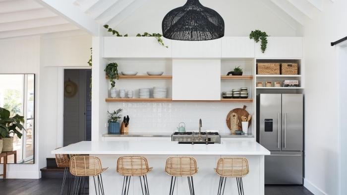 exemple de cuisine blanc et bois avec îlot, idée credence cuisine en carrelage blanc, astuce rangement cuisine avec étagères en bois