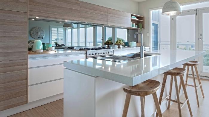 déco de cuisine blanc et bois avec éclairage led, modèle de crédence de cuisine miroir, exemple cuisine avec îlot