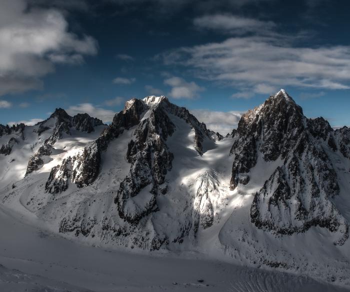 magnifique fond d'écran pour ordinateur avec une photo des montagnes enneigées, photo rayons du soleil et ombre