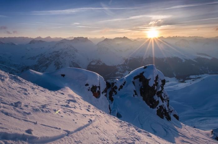 paysage hiver incroyable au coucher du soleil, photo dans les montagnes enneigées en hiver, idée fond d'écran pc