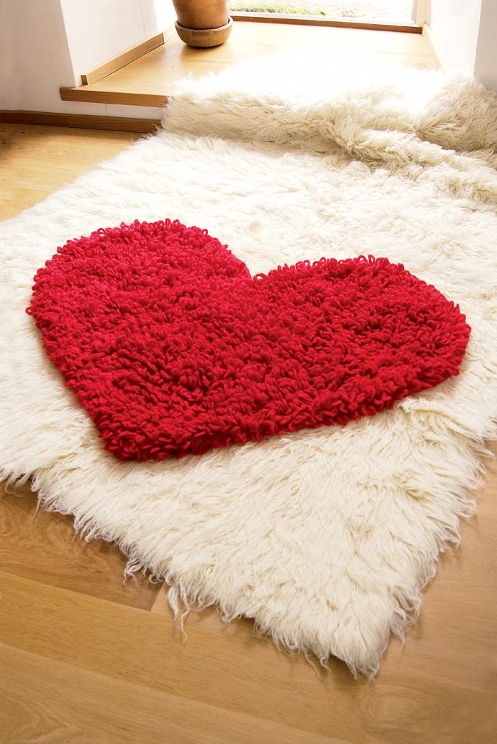 déco de chambre d'ado en style cocooning avec objet fait main, modèle de diy tapis en fausse fourrure blanche avec coeur rouge