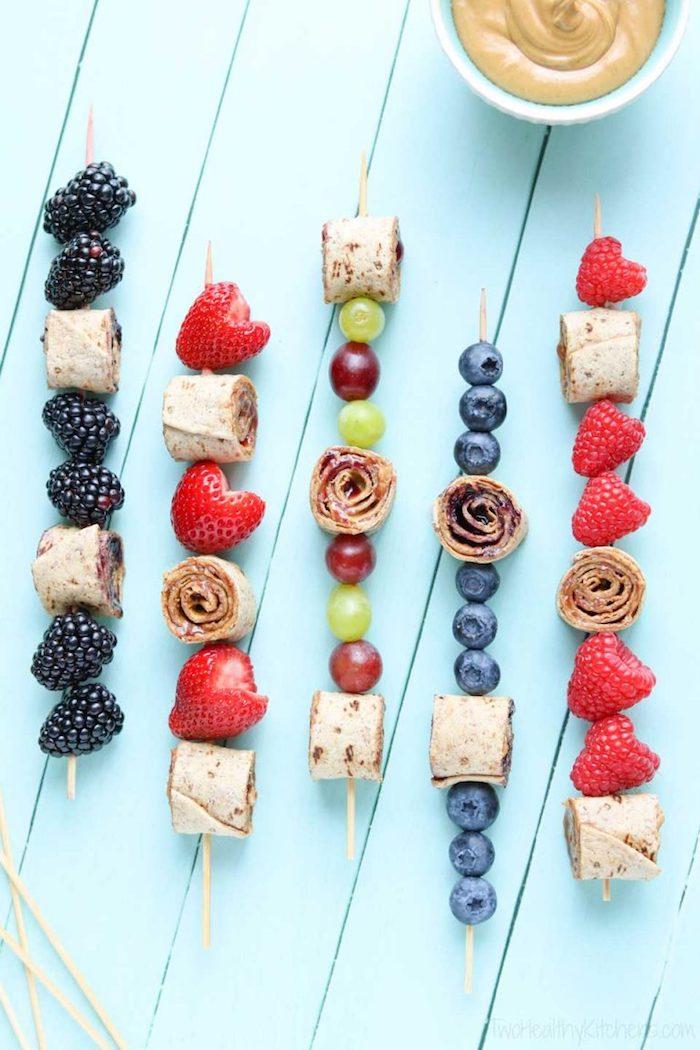 brochette tortilla au beurre de cacahuètes et confiture et fruits rouges, dessert et apero sucré pour enfant gouter