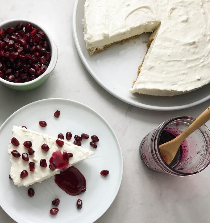recette de gateau au mascarpone sans cuisson, au yaourt grec et sirop de grenade préparé en peu de temps