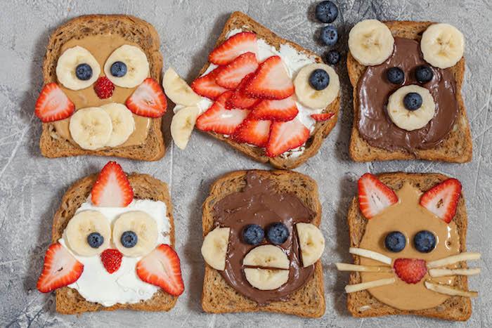 toast enfant au chocolat, beurre de cacahuètes, fromage à la crème, chocolat et topping de fruits, amuses bouches originaux