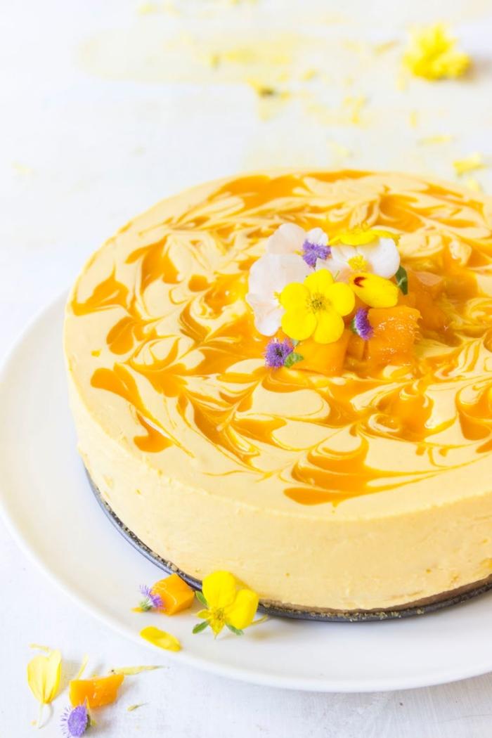 idée de gâteau exotique sans cuisson, recette de cheesecake cru à la mangue et au fromage frais avec une base de croûte faite de biscuits écrasés et beurre