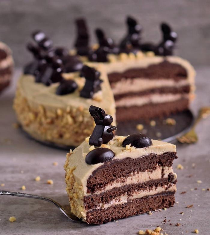 cuisine paleo et vegane, recette de gateau sans gluten sans lactose au chocolat et au beurre de cacahuète, layer cake décadent chocolat et beurre de cacahuète