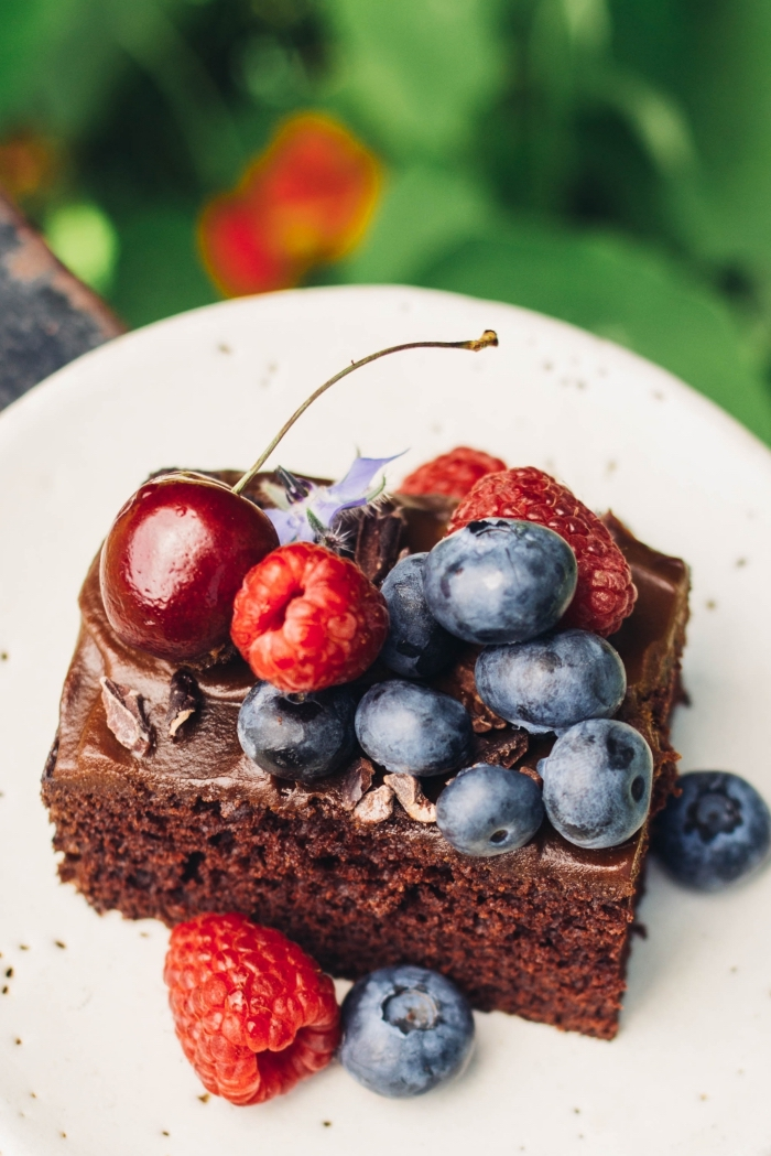 gateau vegan chocolat et fruits rouges, avec sa ganache vegan à la patate douce, comment faire de la ganache au chocolat vegan