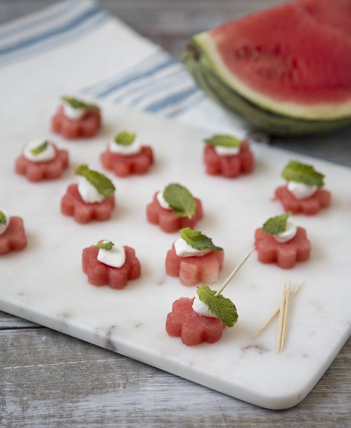 tapas faciles en pastèque coupée en forme de fleur avec mozzarella sur un cure dent, plateau anniversaire enfant