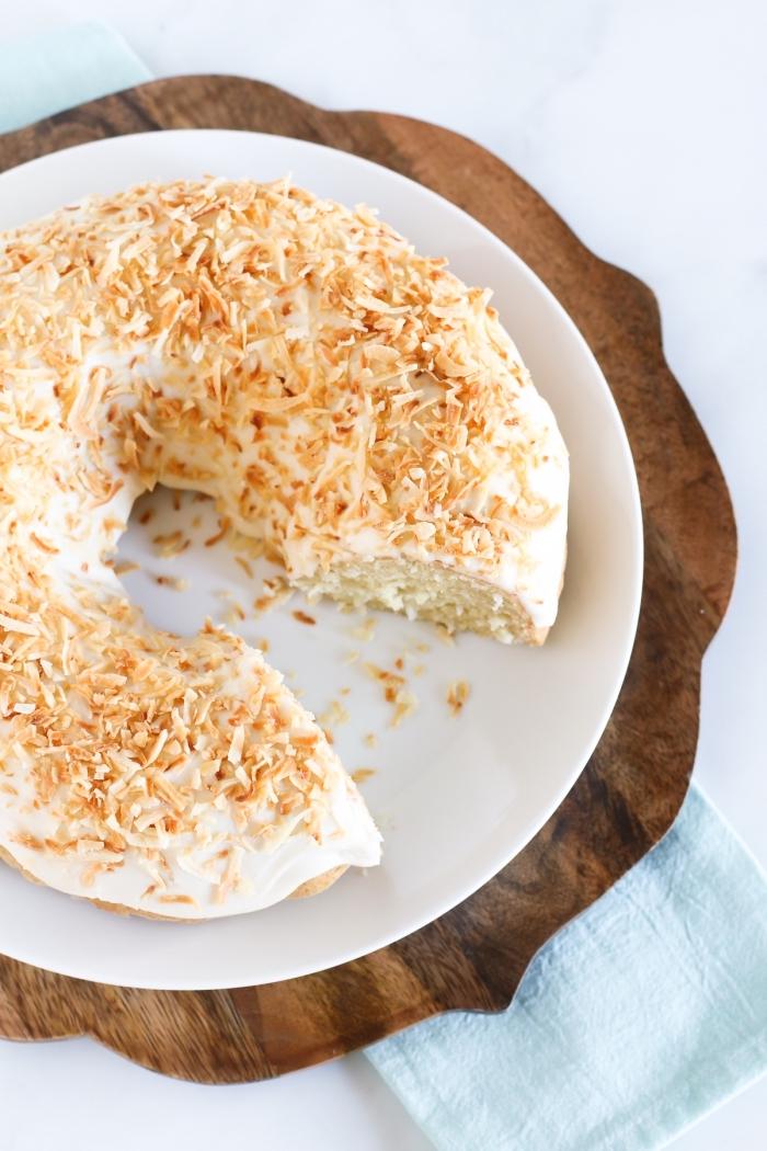 recette vegan de bundt cake à la noix de coco, au glaçage vegan de crème aux noix de cajou, saupoudré de noix de coco râpée