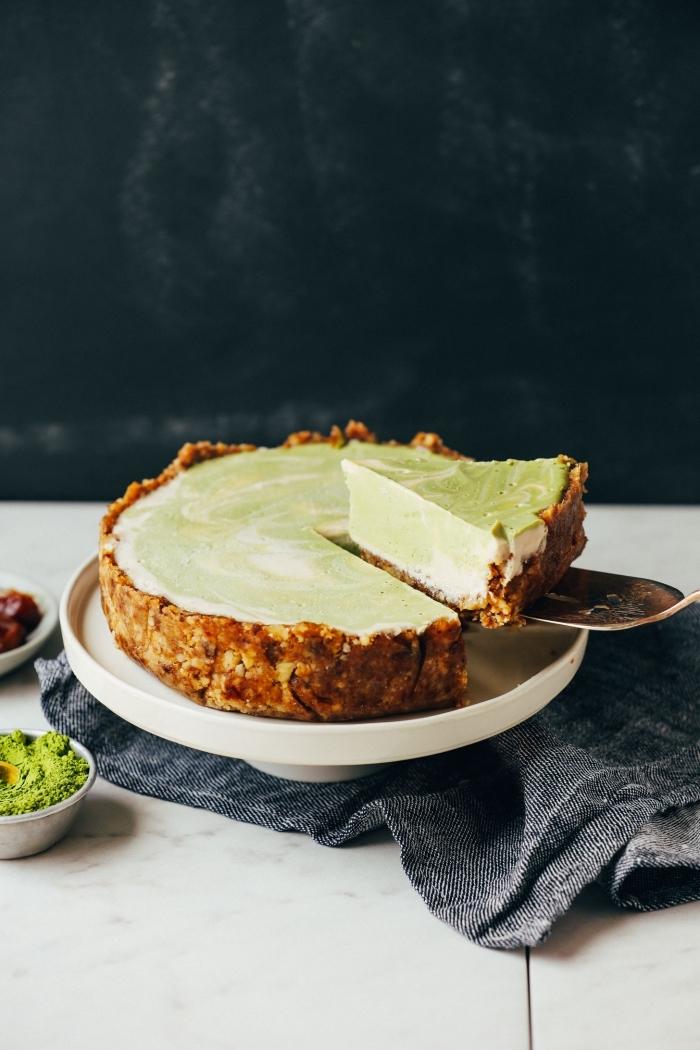 recette de cheesecake vegan et sans gluten au thé vert matcha, à base d'une croûte de dattes et de noix