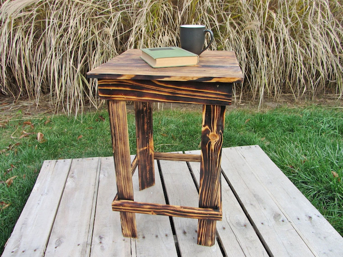 tabouret table basse en palette, idée pour faire une table de nuit de bois brut pour son chevet, rangement tasse de café, livre